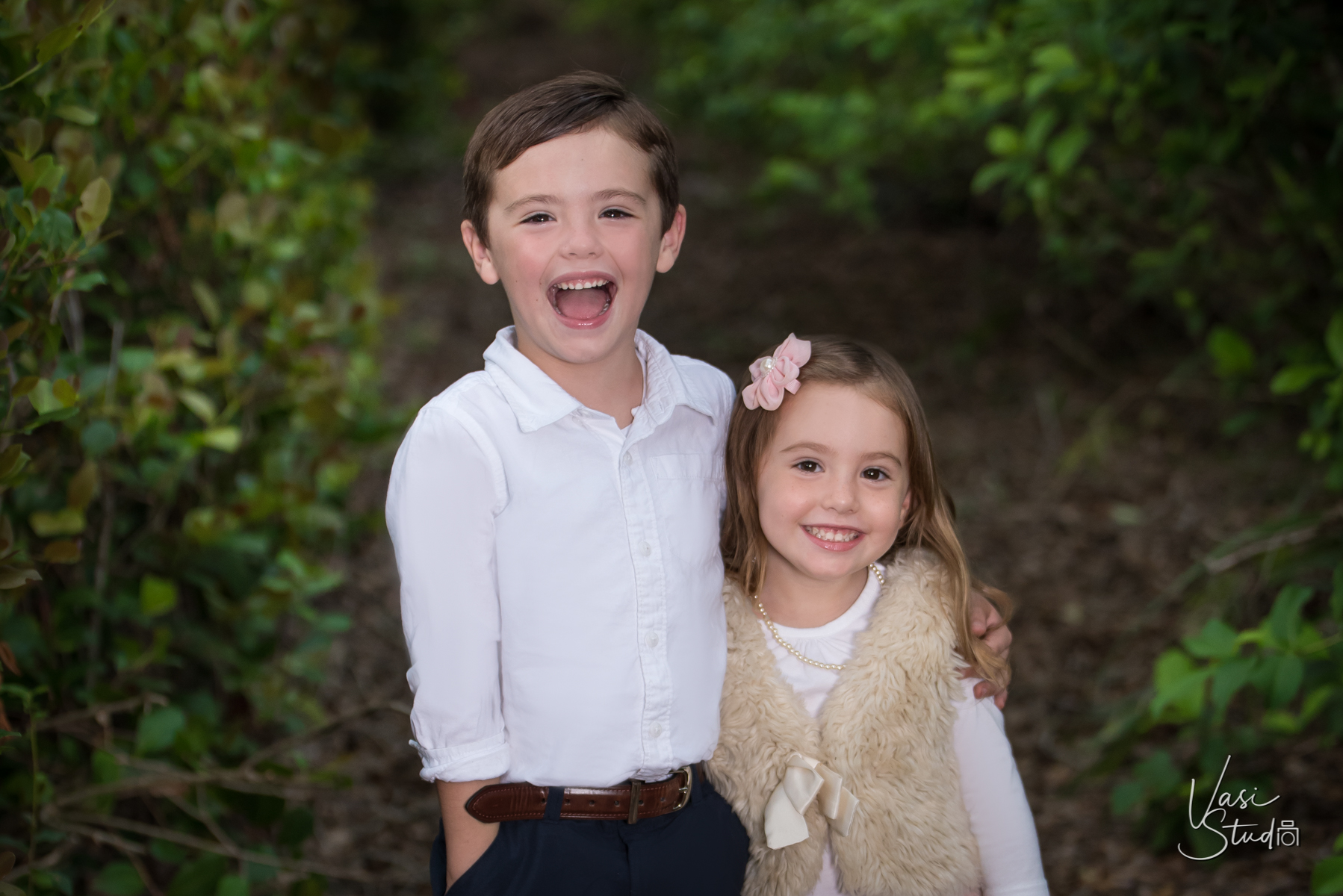 Sibling pictures available in all package sets from Vasi Siedman.